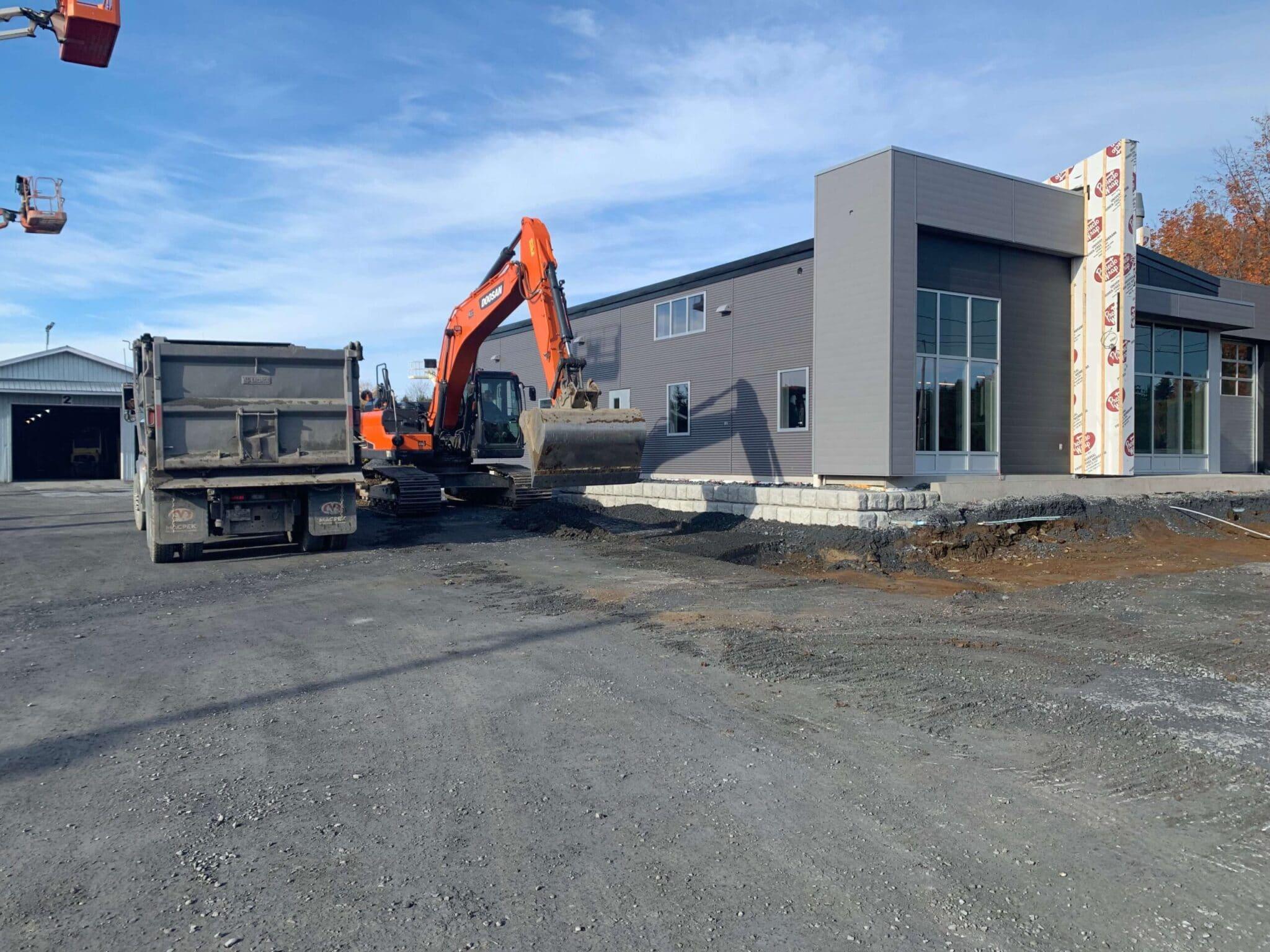 Pelleteuse, camion, bâtiment, asphalte