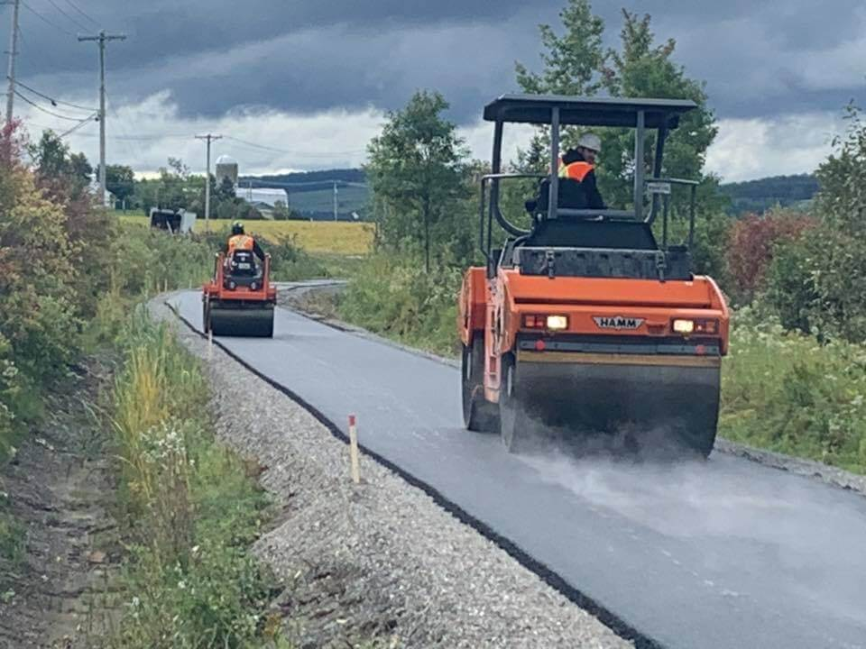 Rouleau compresseur d'asphalte
